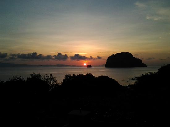 Esmeralda View Resort: Sunrise over Phan Nga Bay