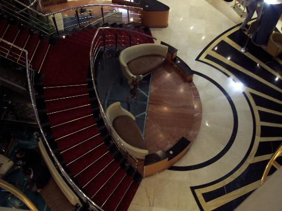 Sea View Hotel: Looking down at the lobby