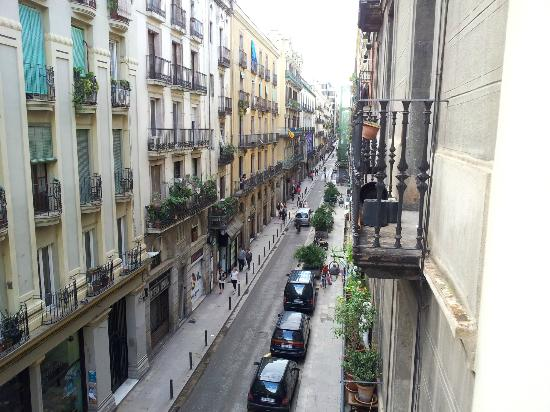 Hotel Ciutat de Barcelona: View of C/Princesa from the balcony of 3rd floor room