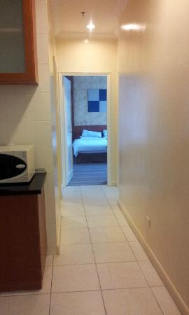 Ariva Gateway Kuching Serviced Residences: Hallway towards the room