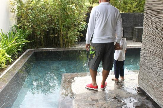 Asya Premier Suites: hubby and baby with our pool