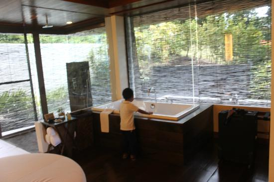 Asya Premier Suites: baby wondering how he would fit in the tub