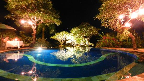 The Damai : Pool am Abend