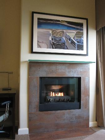Malibu Beach Inn: Fireplace 101