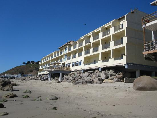 Malibu Beach Inn: Beach/hotel/restaurant on terrace