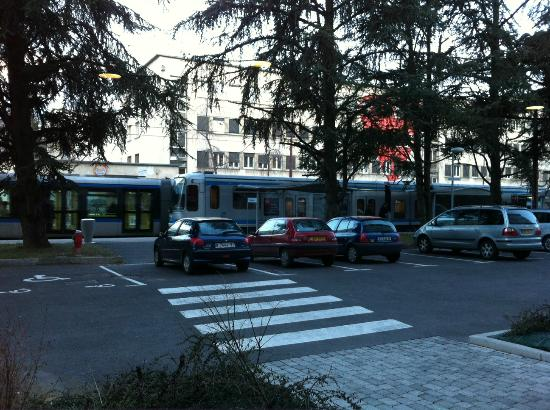 Opéralia Grenoble les Cèdres: This picture of the tram is taken from the hotel lobby