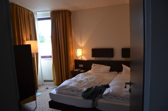 Dorint Hotel Frankfurt-Niederrad: The master bedroom