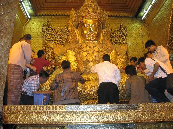 Mandalay, Burma: FIDÈLES POSANT LEURS FEUILLES D'OR EN OFFRANDE