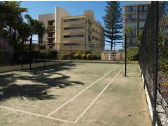 Surfers Beachside Holiday Apartments: Tennis anyone - half size court Rackets and ball available from reception