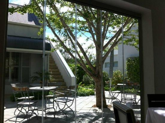 The Robertson Small Hotel: View from restaurant to courtyard