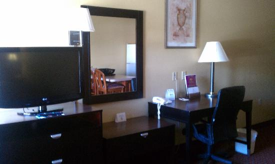 Vista Inn & Suites - Warner Robins: 32 Inch HDTV/Work Desk and Chair in all Rooms Pic