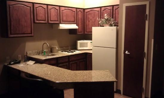 BEST WESTERN PLUS Hannaford Inn & Suites: Kitchen area from bedroom door