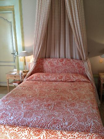 Château du Petit Musigny à Chambolle : petit lit à l'ancienne