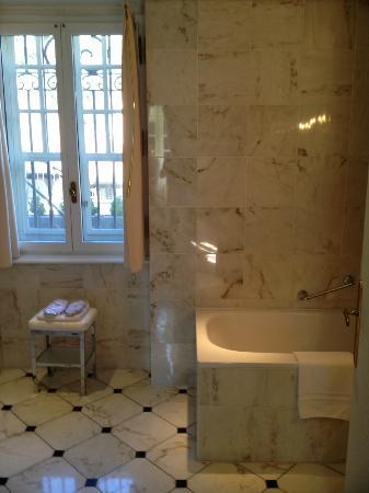 Château du Petit Musigny à Chambolle : salle de bains spacieuse
