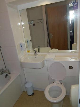Premier Inn London Beckton Hotel: bathroom 