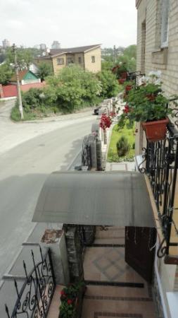 Oselya Kiev: Balcony overlooking front street