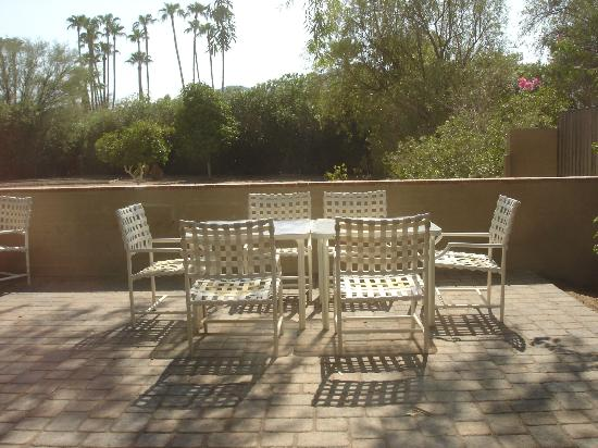 SmokeTree Resort & Bungalows: Back Patio view of Camelback Mountain