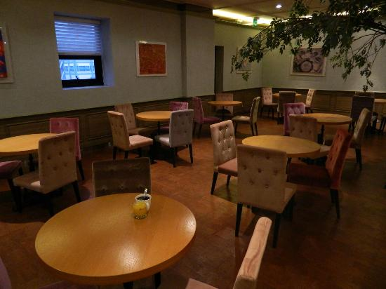 Hotel Skypark Myeongdong I: Breakfast Area, nice upholstery color selection.