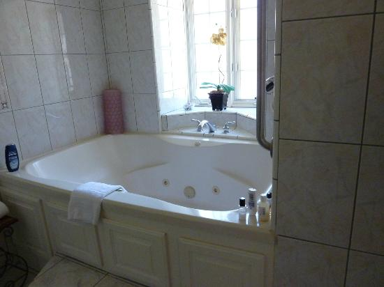 Mirabelle Inn: Whirlpool tub