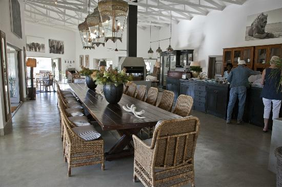 Mushara Outpost: The dining area in the main lodge