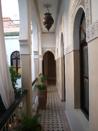 Riad Aguerzame: Balcon desservant les chambres