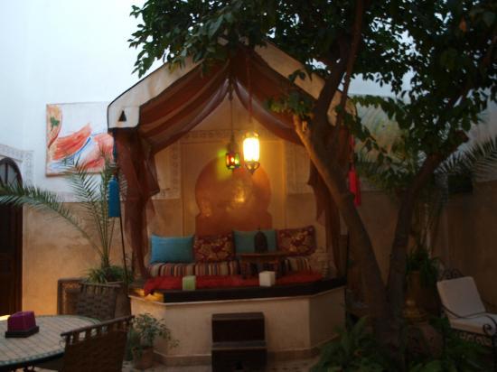 Riad Aguerzame: Salon extérieur sous toile