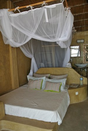 Casa na Praia Tofo: The bed with shower room at the back