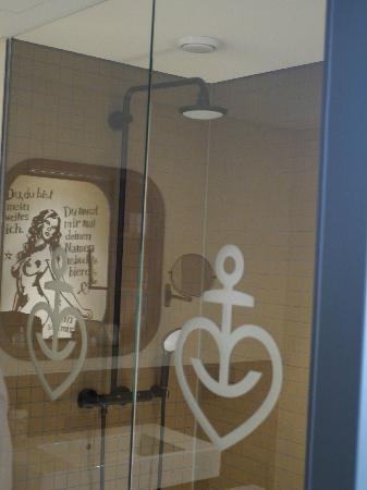 """das bad mit großer brause und """"wand-tattoo"""" - picture of 25hours, Hause ideen"""