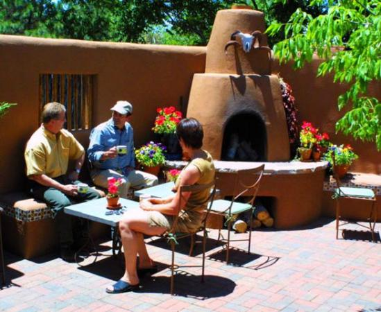 Santa Fe Motel and Inn: courtyard next to breakfast room