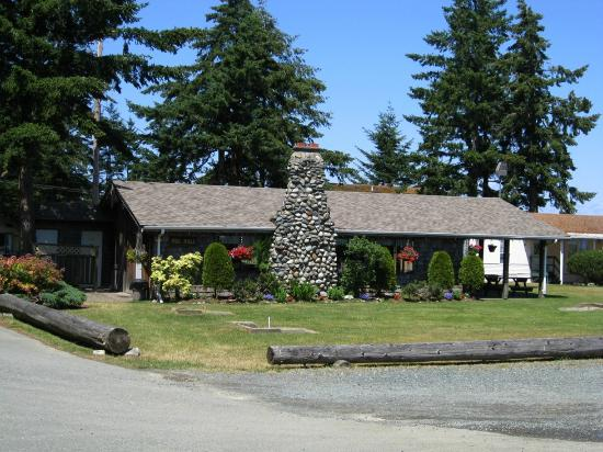 Salmon Point Resort RV Park & Marina: Clubhouse....