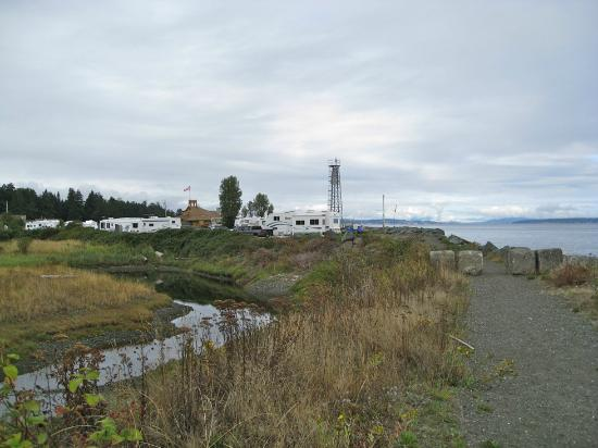 Salmon Point Resort RV Park & Marina: Camping along the beach