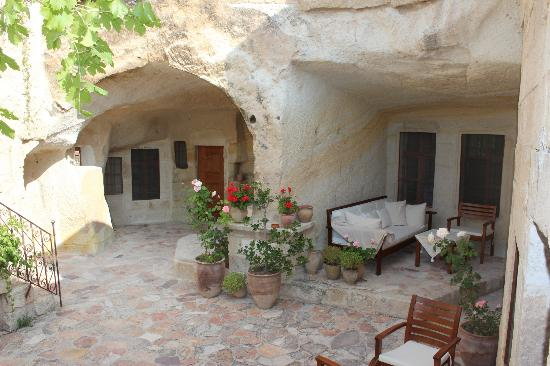 Esbelli Evi Cave Hotel: our sittting area outside of the suite