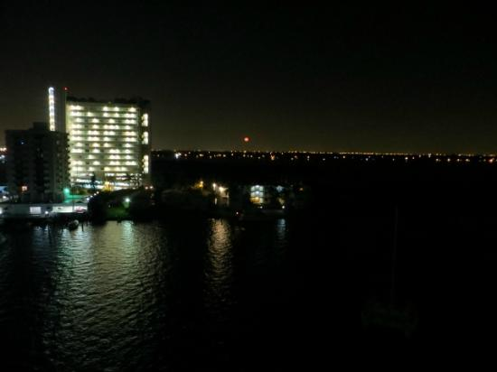 Eloquence by the Bay Residences: Uitzicht by night