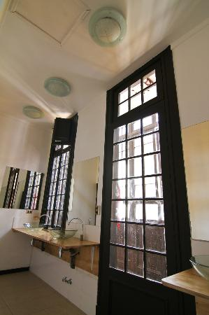 Santiago Backpackers Hostel: Wide bathrooms with big mirrors