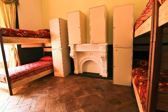 Santiago Backpackers Hostel: Big comfy dorms with big lockers
