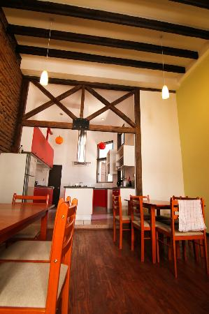 Santiago Backpackers Hostel: Cook and eat your meals here!