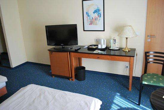 Quality Hotel Plaza Dresden: Schreibtisch mit Minibar und TV
