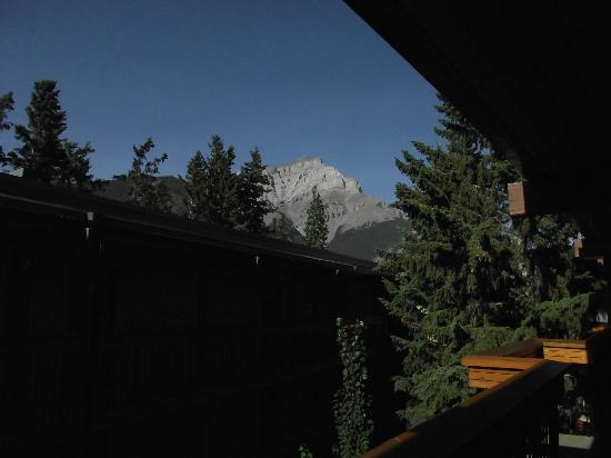 Banff Aspen Lodge: A view from outside the beadroom door