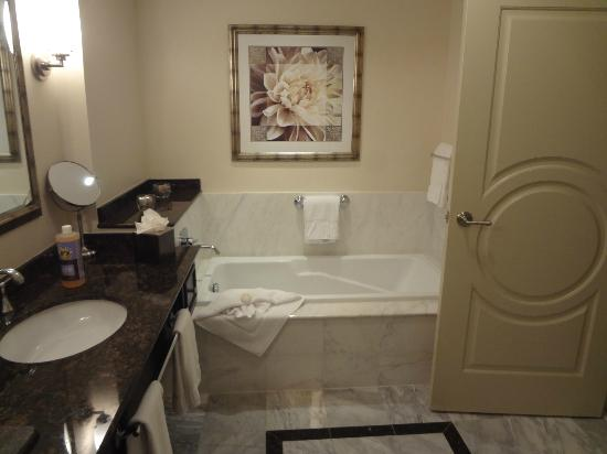 The Wyvern Hotel Punta Gorda: Big beautiful marble bathroom - the tub