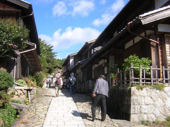 Magome-juku: 坂の上の方はお店も少なく街道筋らしい雰囲気
