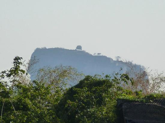 Jetwing Vil Uyana : Sigiriya Rock over the roof of a room