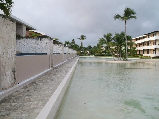 ‪‪Catalonia Royal Bavaro‬: Grounds - looking away from the beach. Private pool suites on the left