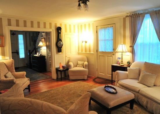 Cliff Lodge: Living room or parlor