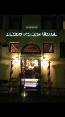 Duodo Palace Hotel: lit at night