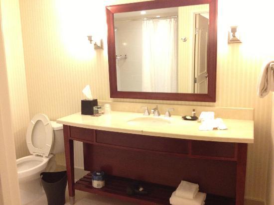 Sheraton Carlsbad Resort and Spa: spotless and roomy bathroom