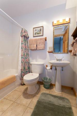 Annie Mae Lodge: Standard Bathroom