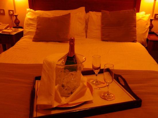 Headfort Arms Hotel: Bed was comfy!