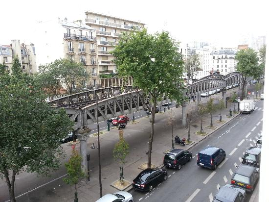 Europe Hotel Paris Eiffel: View of Metro Rail from Room