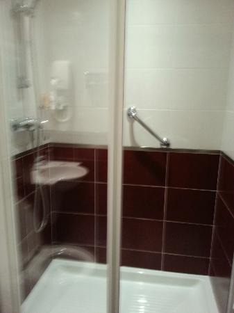 Europe Hotel Paris: Good sized shower cubicle