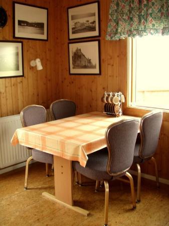 Gistiheimilid og Parhusaleigan: Dining table